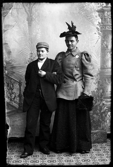 Preus museum Follow NMFF.000418-27  Berg & Høeg Marie utkledt som en mann, og en ukjent mann utkledt som kvinne.ca. 1895-1903 Sølvgelatin på barytt. NMFF.000418-27