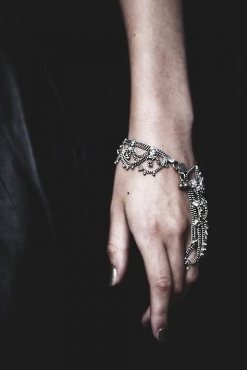#Bracelet Chain ring via #Midnight Allure #Wedding Theme / LANE. (PS Follow The LANE on instagram: the_lane)