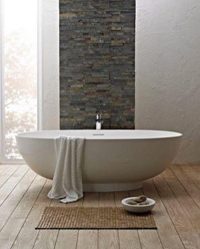 Quand la baignoire habille la salle de #bain à elle seule #decor