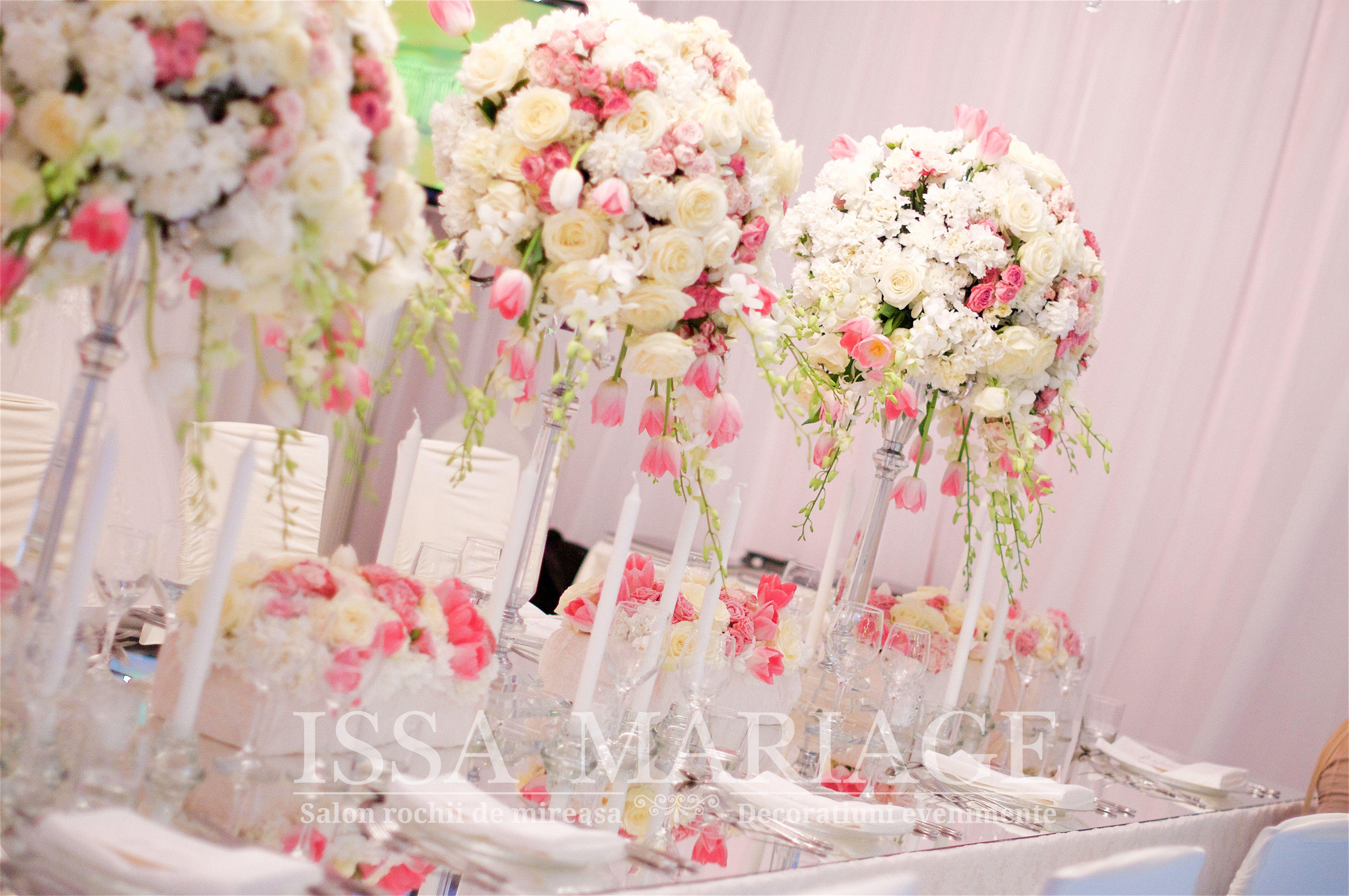 Aranjament nunta sfesnice cristal huse de scaun elastice si voaluri albe IssaMariage