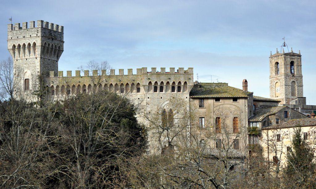 San Casciano dei Bagni (SI): Palazzo Bologna e il Campanile della ...