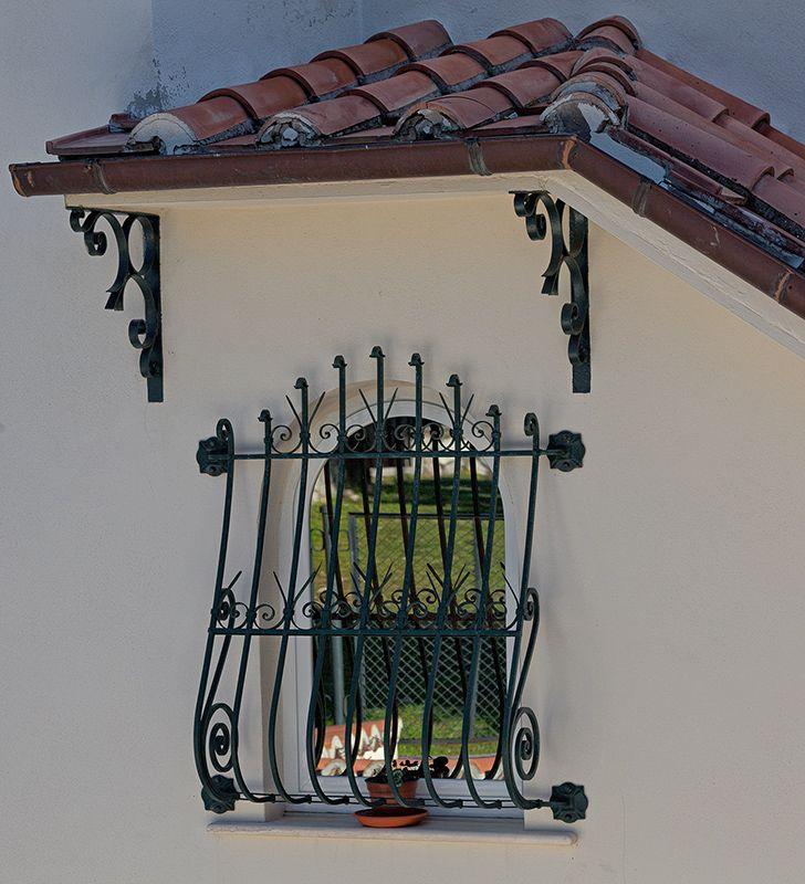 particolare di finestra in ferro battuto