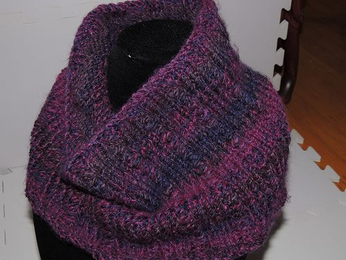 This simple cowl is knitted in the round utilizing pairs ...