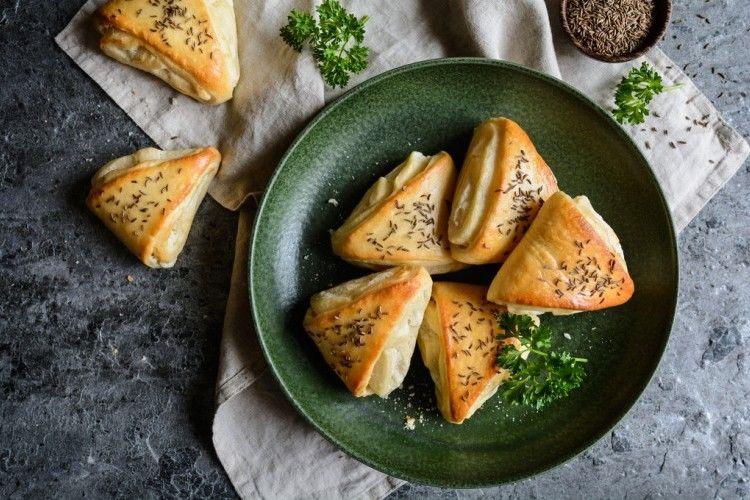 فطائر الجبن الأبيض بالبقدونس عمل فطائر الجبن الأبيض بالبقدونس Food Fruit Cantaloupe