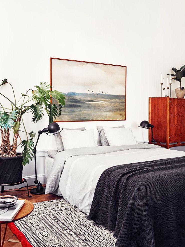 tapete, mesa de apoio, candeeiros de cabeceira e armário