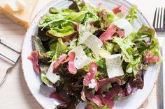 Lust auf ein herzhaftes, aber #kohlenhydratarmes #Abendessen? Ein leckerer #Schinken-#Parmesan-#Salat stillt jeden Hunger und schmeckt super! #LowCarb