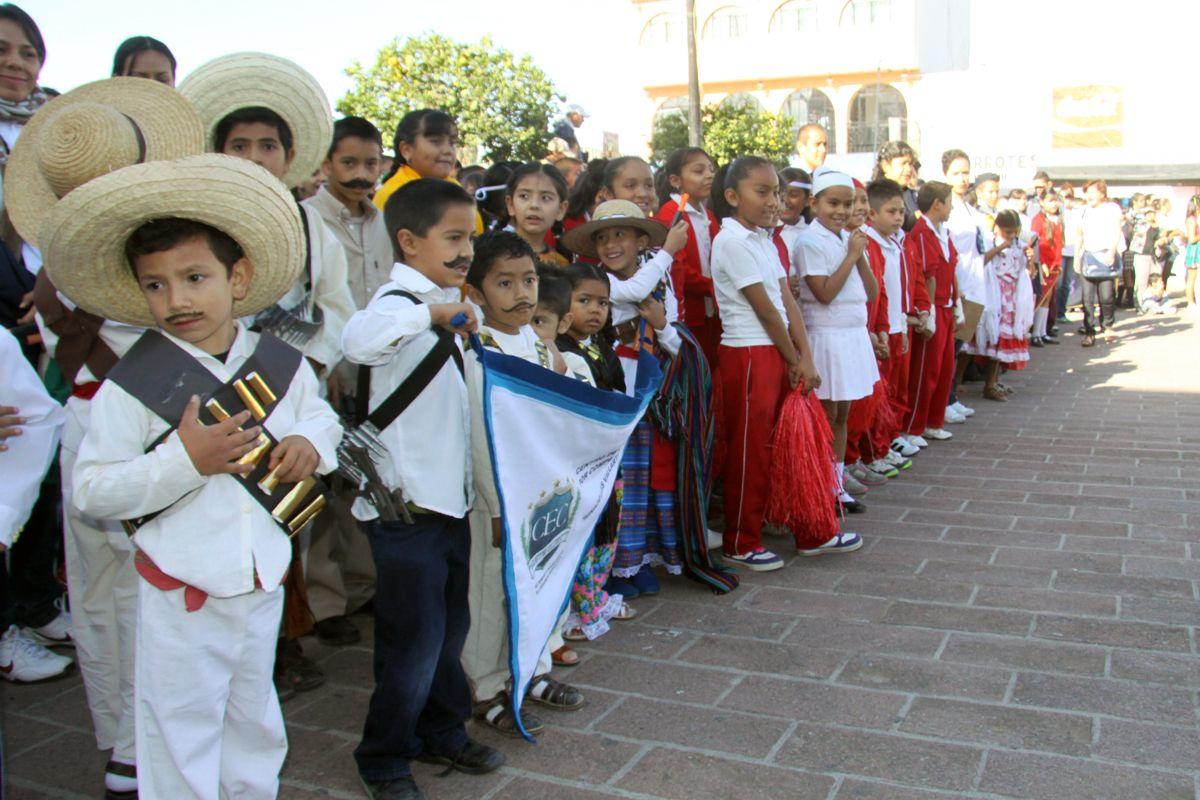 Niños celebrando un aniversario más de la Revolución Mexicana, San Pedro Tlaquepaque