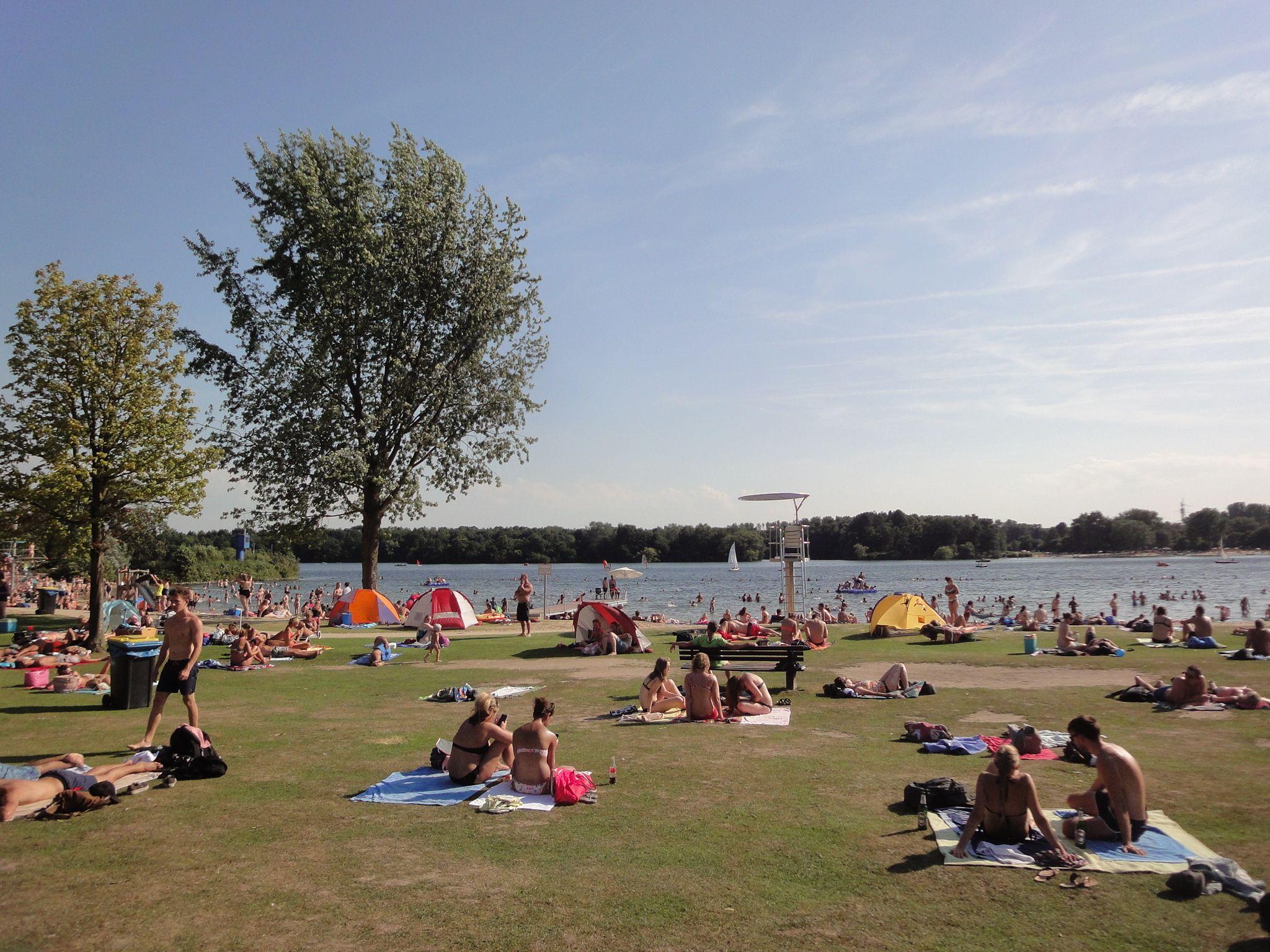 Liegewiese am Strandbad-Nord des Unterbacher Sees http://www.ausflugsziele-nrw.net/unterbacher-see/ #UnterbacherSee #Liegewiese #Duesseldorf #Badesee