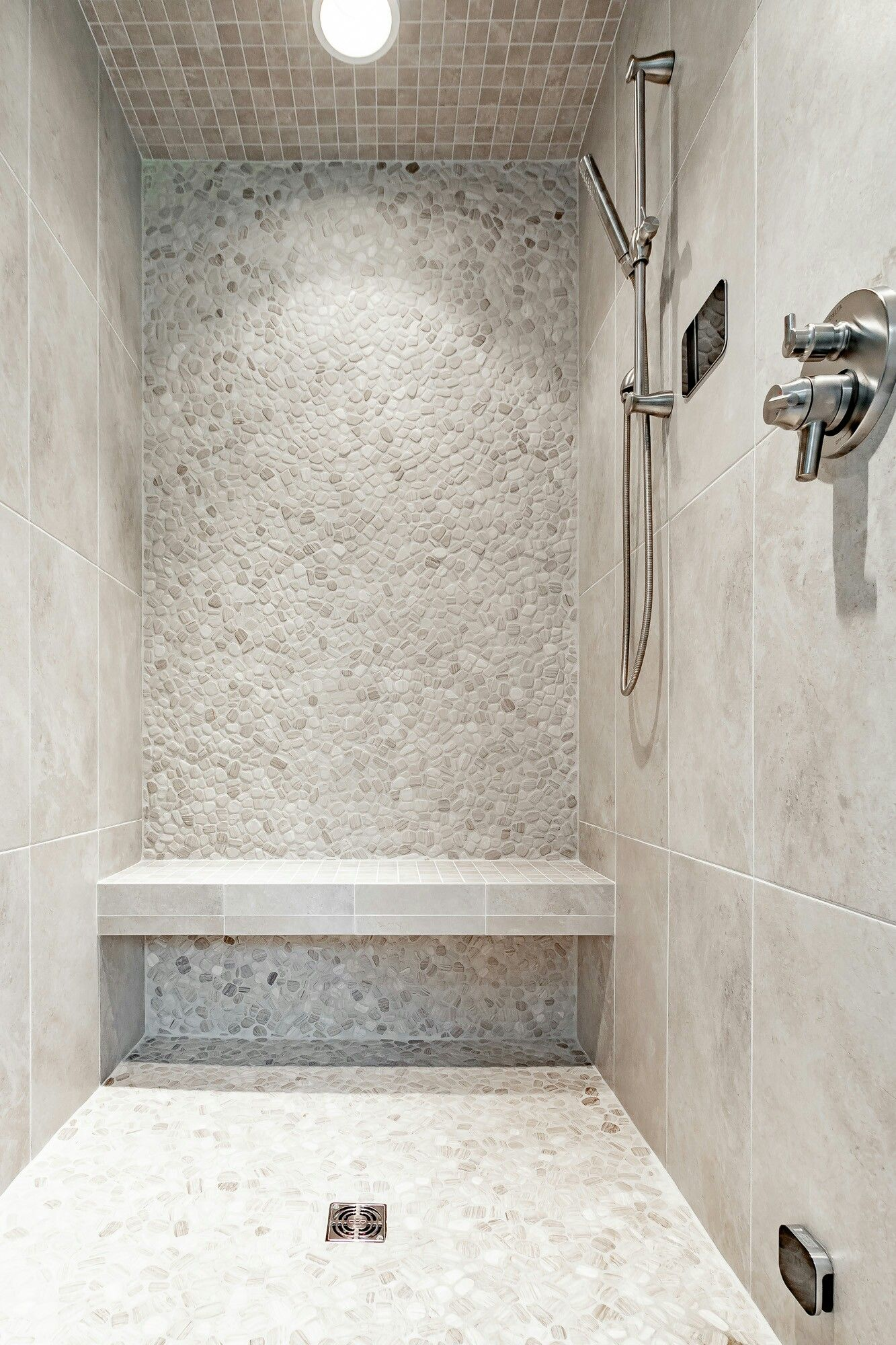 Custom Tile Shower With Pebble Feature Wall Badezimmer Mit Dusche Dusche Dusche Fliesen