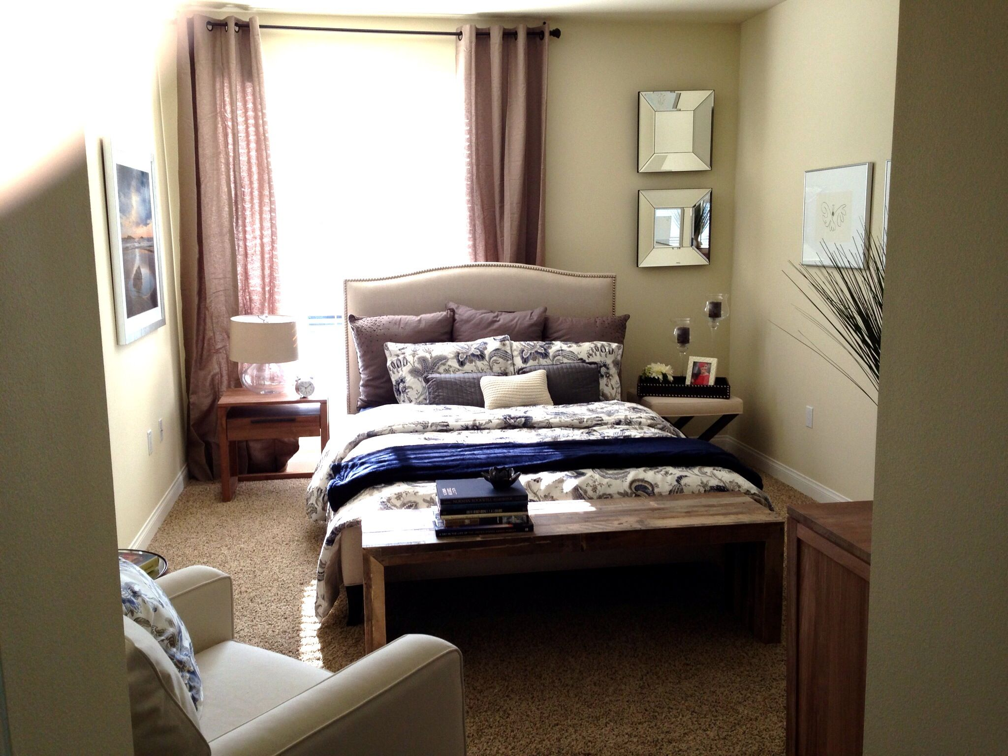 How to put together a bedroom with an asymmetrical window