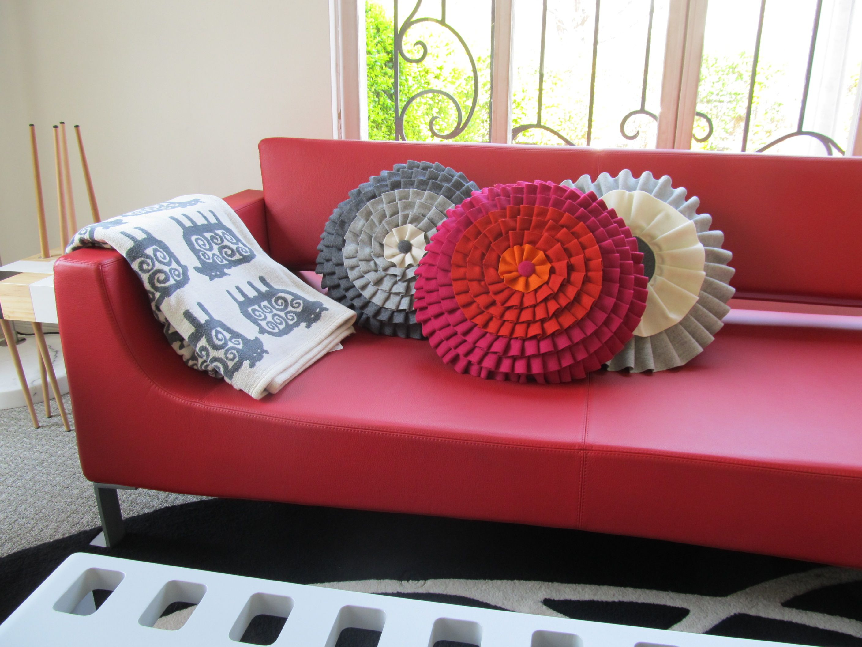 Sofa con cojines y manta Klippan  Tienda Casa Mia