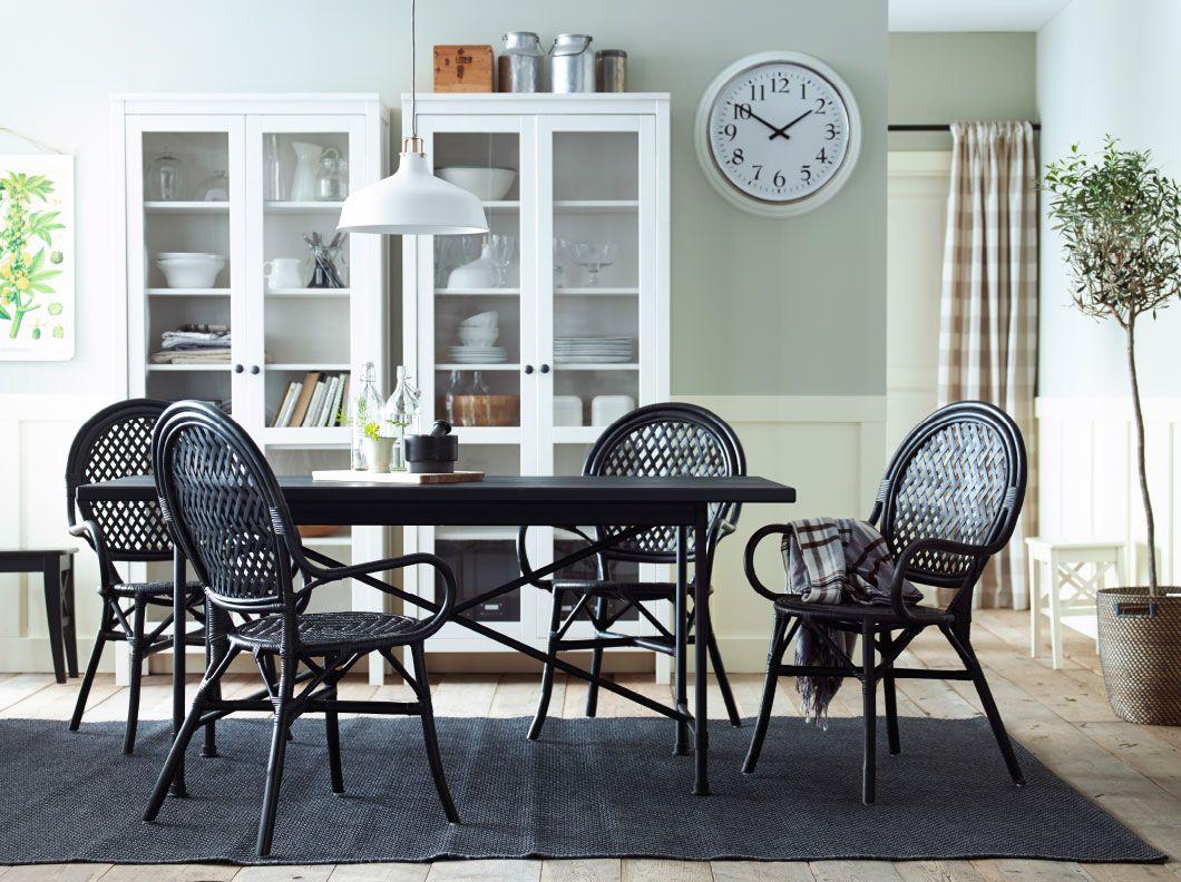 Sedie In Rattan Ikea : Zona pranzo con tavolo nero e sedie in rattan vetrine bianche
