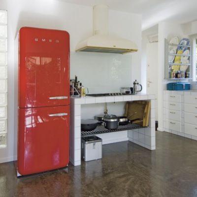 Det nye køkken-alrum fik både lys, luft og direkte udsigt til naturen, da familien løftede taget og udbyggede køkkenet med en skøn karnap af glas og zink.
