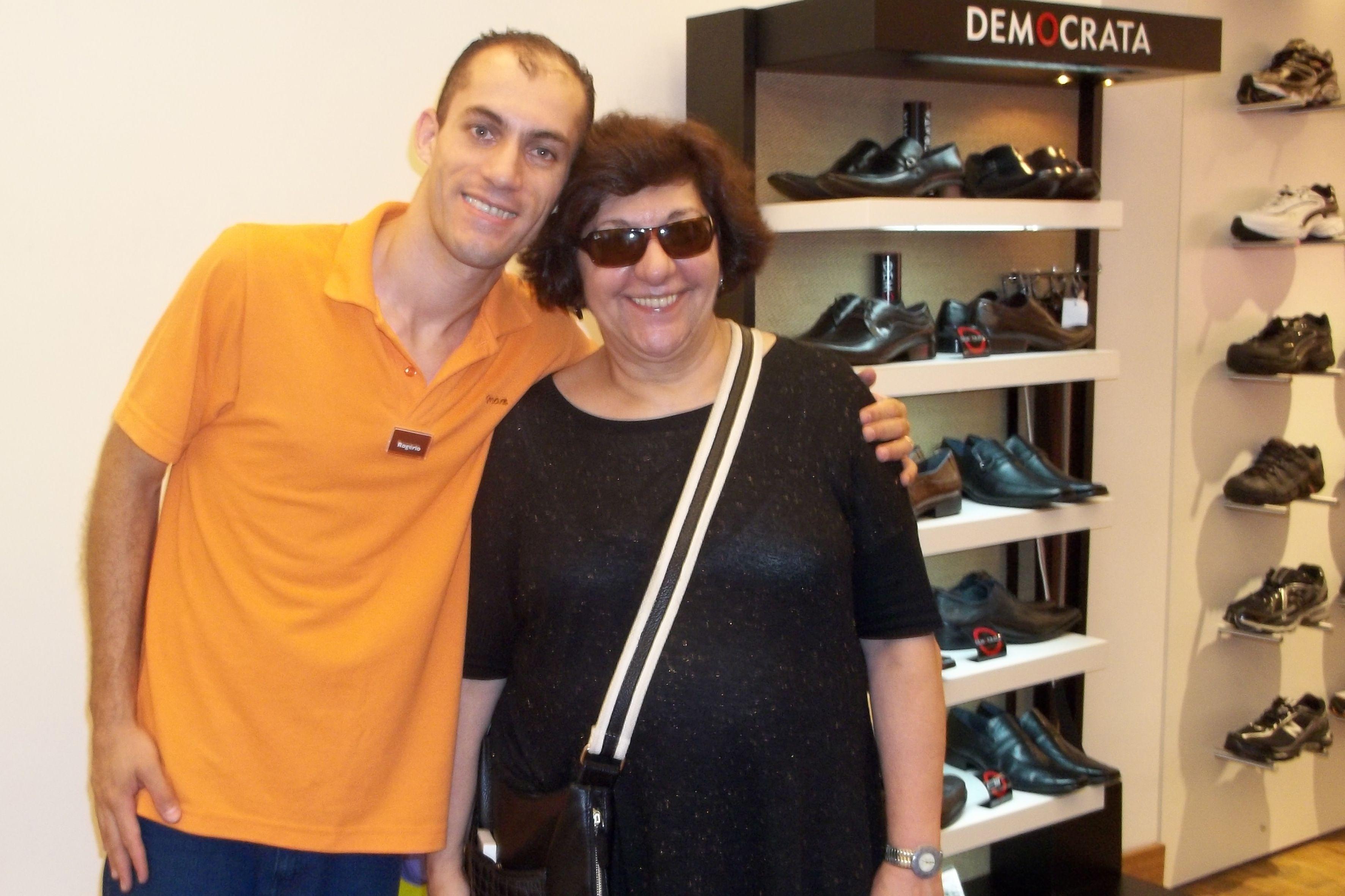 Rogério, vendedor da Eurico Max, recebe o carinho da atriz Jandira Martini