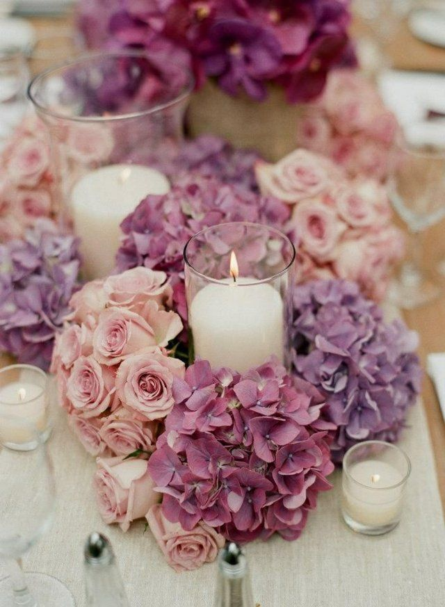 frische Blumen am Tisch rosa lila Rosen Blten Kerzen