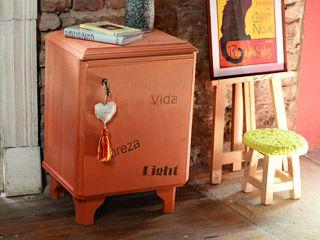 Manualidades y artesan as mesa de luz intervenida for Como reciclar una mesa de tv vieja
