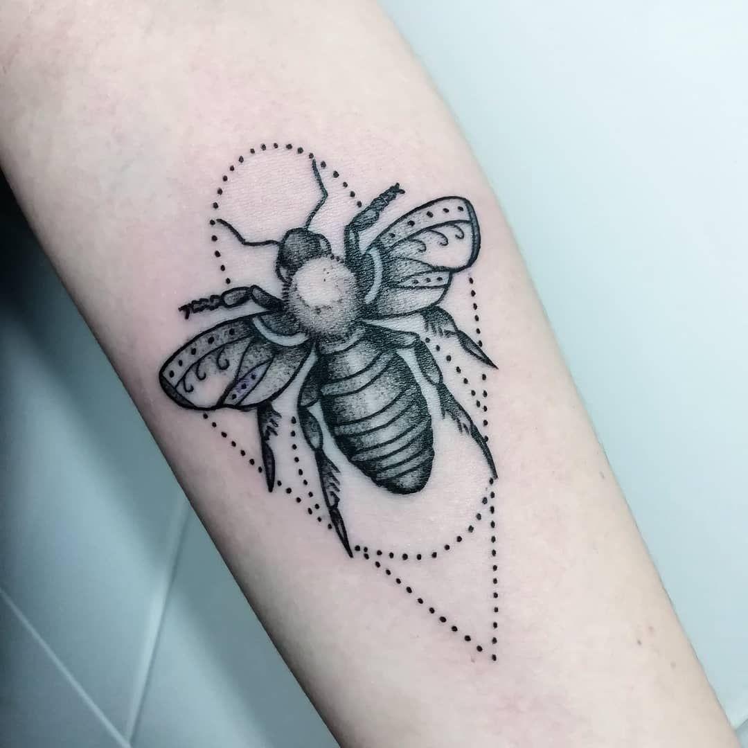 Bee #tattoo #love #ttblackink #tattooidea #blacktattoo #tattoooftheday #tattooed #tattoosantacoloma #tattoolife #tattooink #tattooart #tatuajes #cute #love #girl