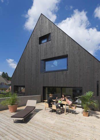 Modernes haus fassade schwarze holzlatten gro e fenster for Modernes haus dachterrasse