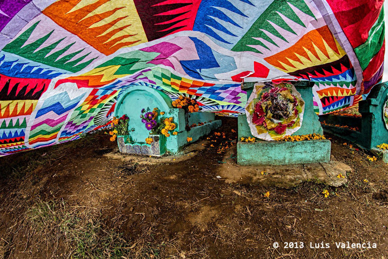 Haciendo los #barriletes sobre las tumbas del #cementerio #Santiago #Sacatepequez