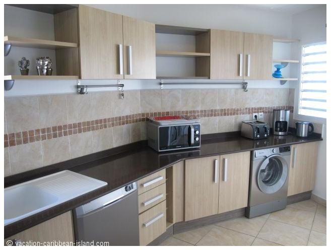 ouvert la cuisine r frig rateur cong lateur four et micro ondes plaque de cuisson 4. Black Bedroom Furniture Sets. Home Design Ideas