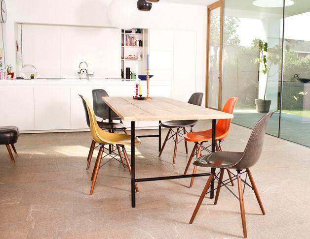 Een strak design met een ronde twist! Deze industriële tafel van steigerhout heeft fijne ronde poten en staat prachtig in je keuken of woonkamer.   Op de foto: 180 x 86 x 78