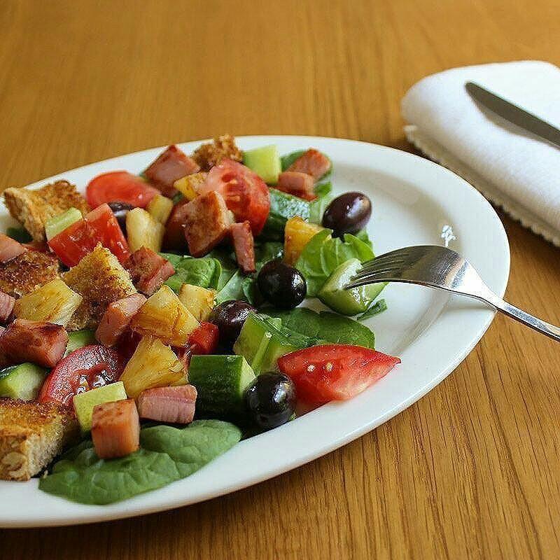 Warm Ham and Pineapple Salad with Low FODMAP Garlic Croutons. It's like a Hawaiian pizza turned into a salad. Yum! Recipe on the blog. . . . . #lowFODMAP #lowFODMAPdiet #FODMAP #fodmapfriendly #glutenfree #wheatfree #dairyfree #lactosefree #fructosefriendly #lowfructose #guthealth #healthygut #IBS #digestiveheath #nutrition #goodfood #eatwell #nourish #foodstagram #onthetable #noBSfood #twitter #recipe #nutritionist #alessirritablelife #ham #pineapple #salad #pizza