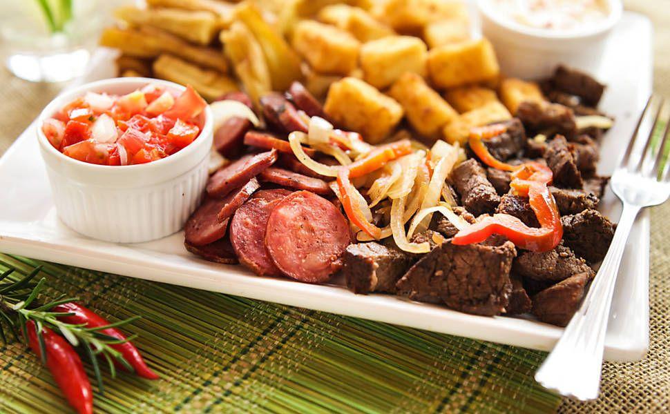 Porção mista com carne de sol, queijo coalho e mandioca frita.