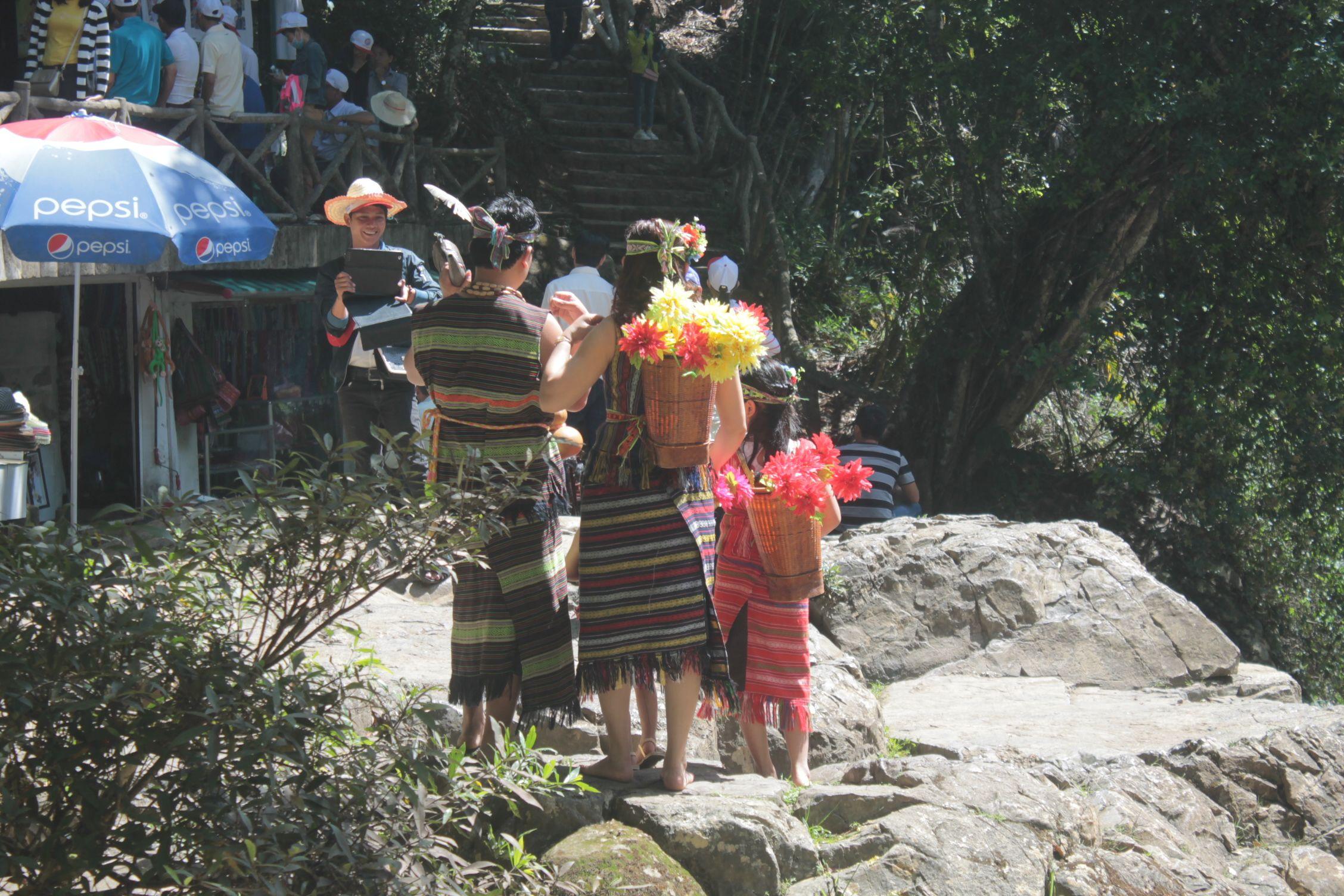Vietnamitas disfrazados de indios americanos en las mismas cascadas