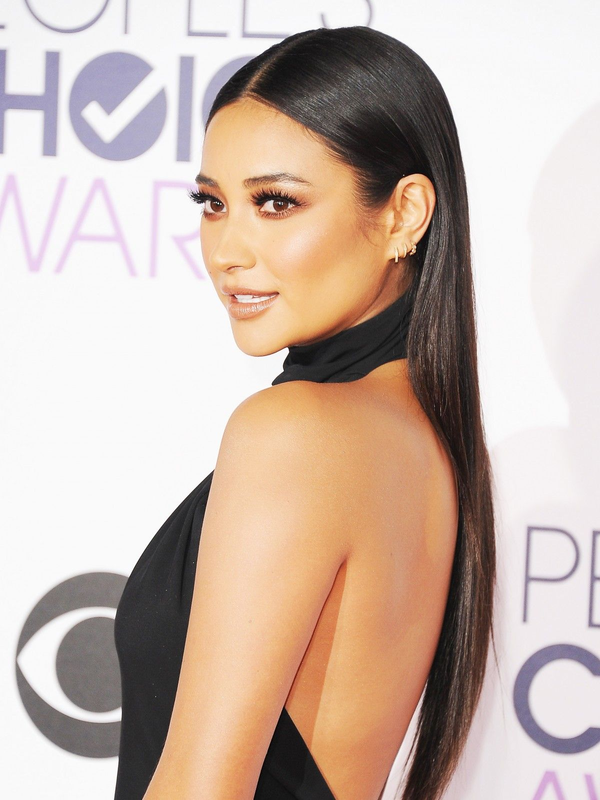 "get the look: shay mitchell's sleek ""less is more"" hair"