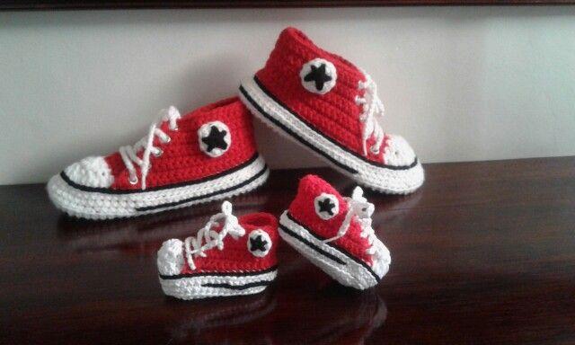 Conjunto de pantuflas y escarpines tejidos en crochet con todos los detalles de las zapatillas Converse All-star. Encontrame en Facebook