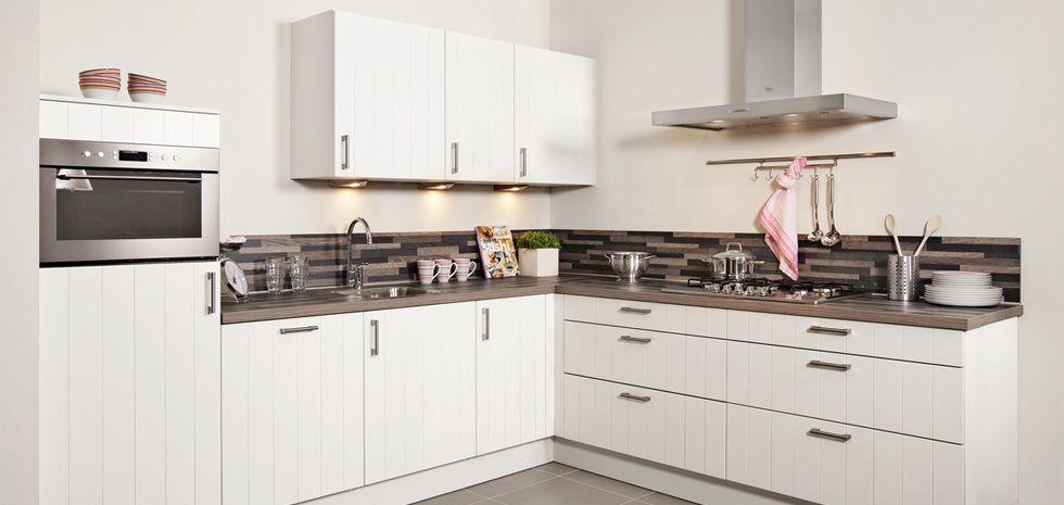 Door de combinatie van de witte keukenkasten en het eikenhouten werkblad kunt u qua stijl met de - Keuken op het platteland ...