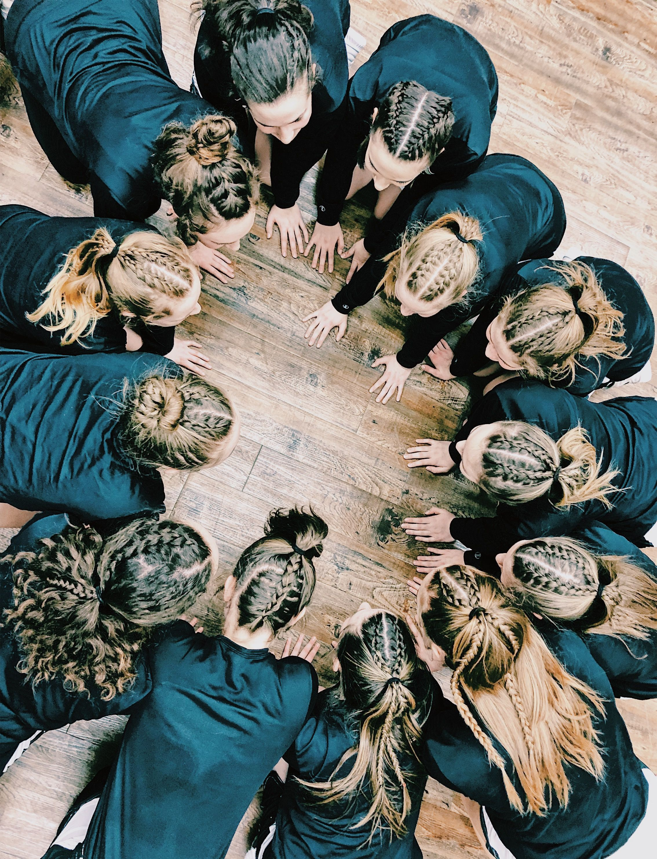Basketball Team Comes Together After Braiding Each Others Hair For 2 Hours Befor What Is The Best Season Fo In 2020 Sports Hairstyles Sport Hair Soccer Hairstyles