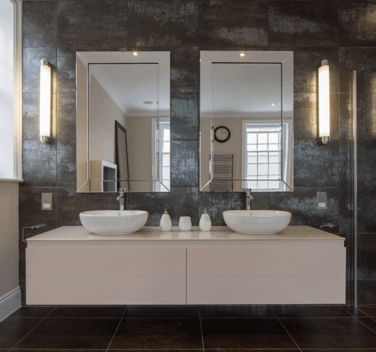 20 Of The Most Creative Bathroom Mirror Ideas Housely Moderne Badezimmerspiegel Badezimmer Badezimmer Schminkspiegel