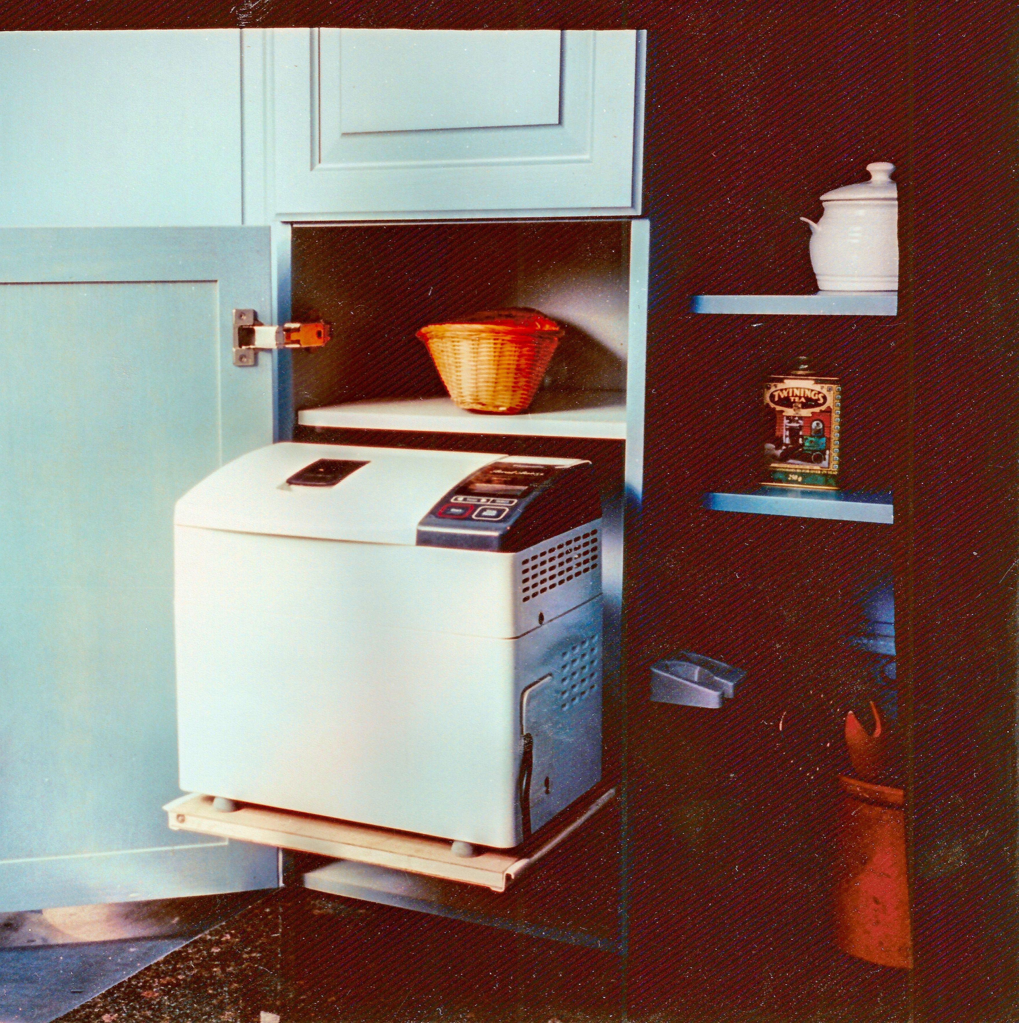 90-luvun keittiön hittituote: leipäkone. Tässä keittiössä leipäkone liikkui ulosvedettävän hyllyn päällä aina takaisin kaappiin, kun sitä ei käytetty.