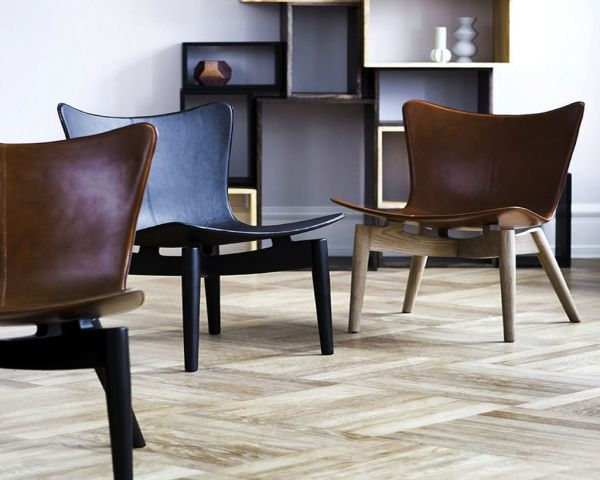 Stel i bøgetræ eller eg med top i premium brunt sadel læder.  Rammer: Sort farvet bøgetræ, sæbede eg og sirka grå eg.
