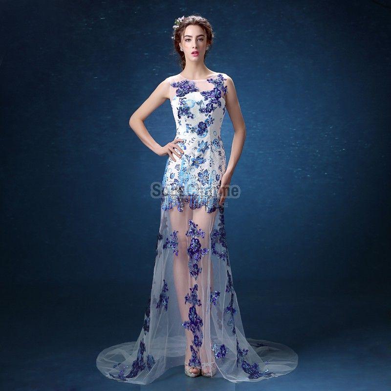 a678af4a8c0 Robe de soirée originale longue blanche en tulle brodée de fleurs bleues  pailletées avec jupe et traîne transparente