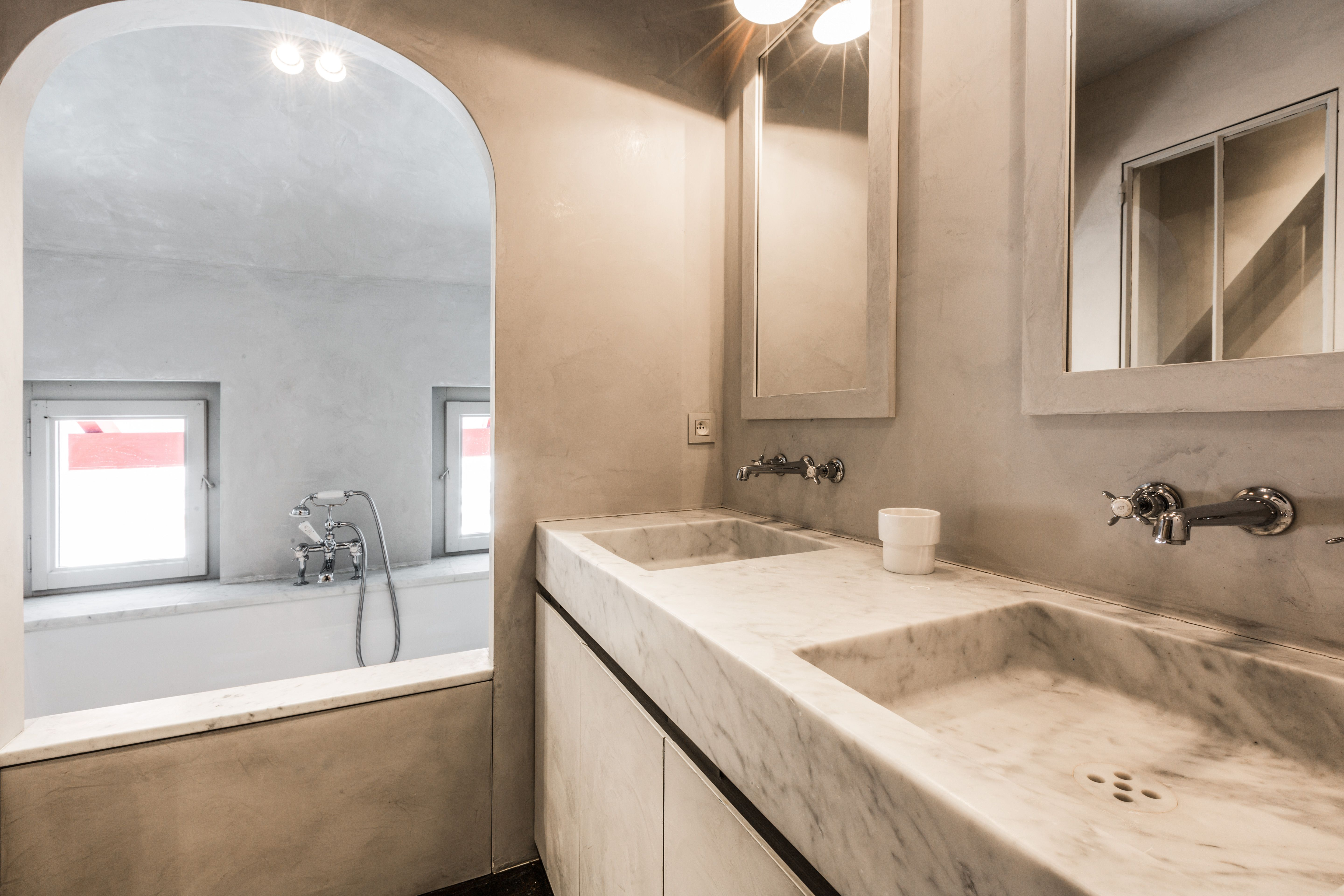 Marble and tadelakt bination in the bathroom designed by