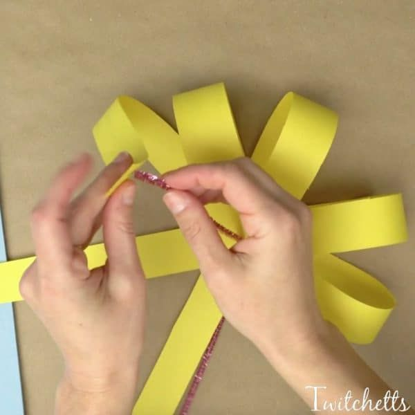 Giant Paper Flowers ~ Construction Paper Crafts for Kids - Twitchetts #easypaperflowers