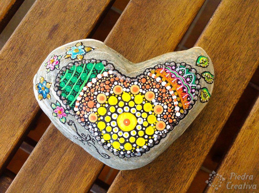 Mandala sobre piedra de corazón pintada