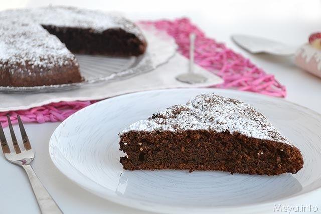 La torta di albumi e cacao è ottima quando si hanno molti albumi da consumare e si vuol fare una torta leggera e gustosa allo stesso tempo.