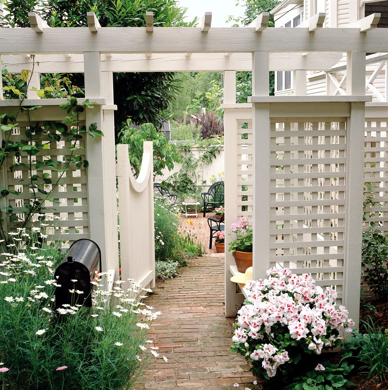 19 Beautiful Trellis Fence and Screen Ideas to Turn Your Yard into a Private Escape