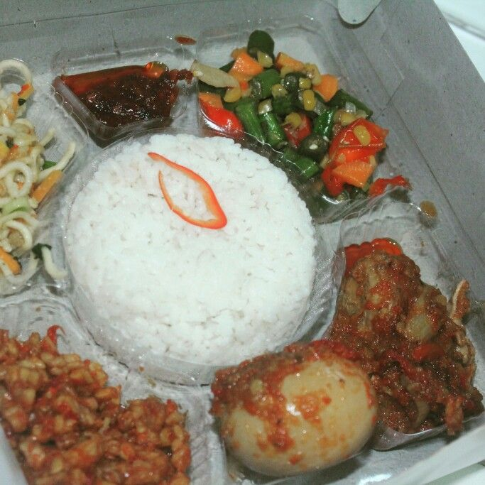 Nasi Kotak Menu Ayam Bumbu Telor Kecap Tempe Manis Mie Sayur Buncis Ide Makanan Fotografi Makanan Makanan Dan Minuman
