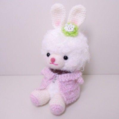毛糸と羊毛フェルトで作成したウサギのあみぐるみです。胴体の底にプラスチック板を入れており、手足は可動しません。服は手編みで襟元をビーズでとめつけています。高さ...|ハンドメイド、手作り、手仕事品の通販・販売・購入ならCreema。