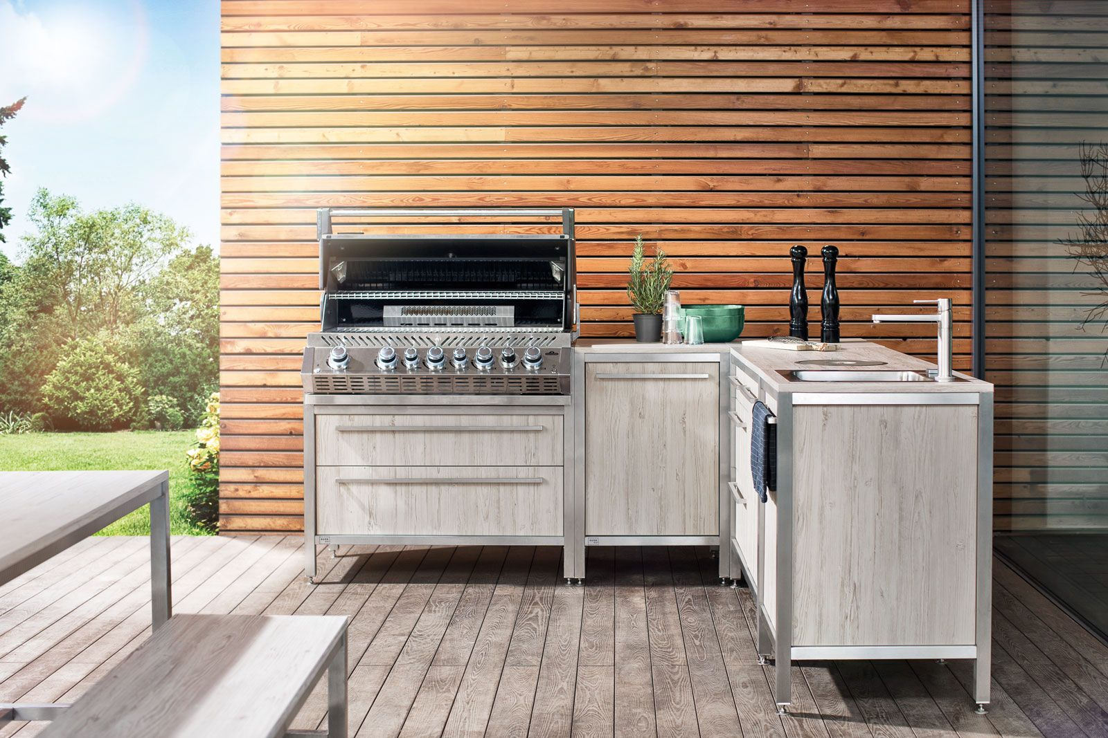 Burnout Outdoorkuche In L Form Mit Gasgrill Und Spule Auf Einer Terrasse Im Vordergrund Stehen Tisch Und Bank Home Appliances Outdoor Decor Home