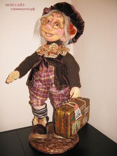 """""""СКУЛЬПТУРНЫЙ ТЕКСТИЛЬ""""Авторская кукла: """"В ГОСТЯХ ХОРОШО, А ДОМА ЛУЧШЕ!""""  Единственный экземпляр. Материал: текстиль. Кукла снимается с подставки, может принимать любые позы. Самостоятельно стоит на своих ножках. Рост:70см. мой сайт: странакукол. рф"""