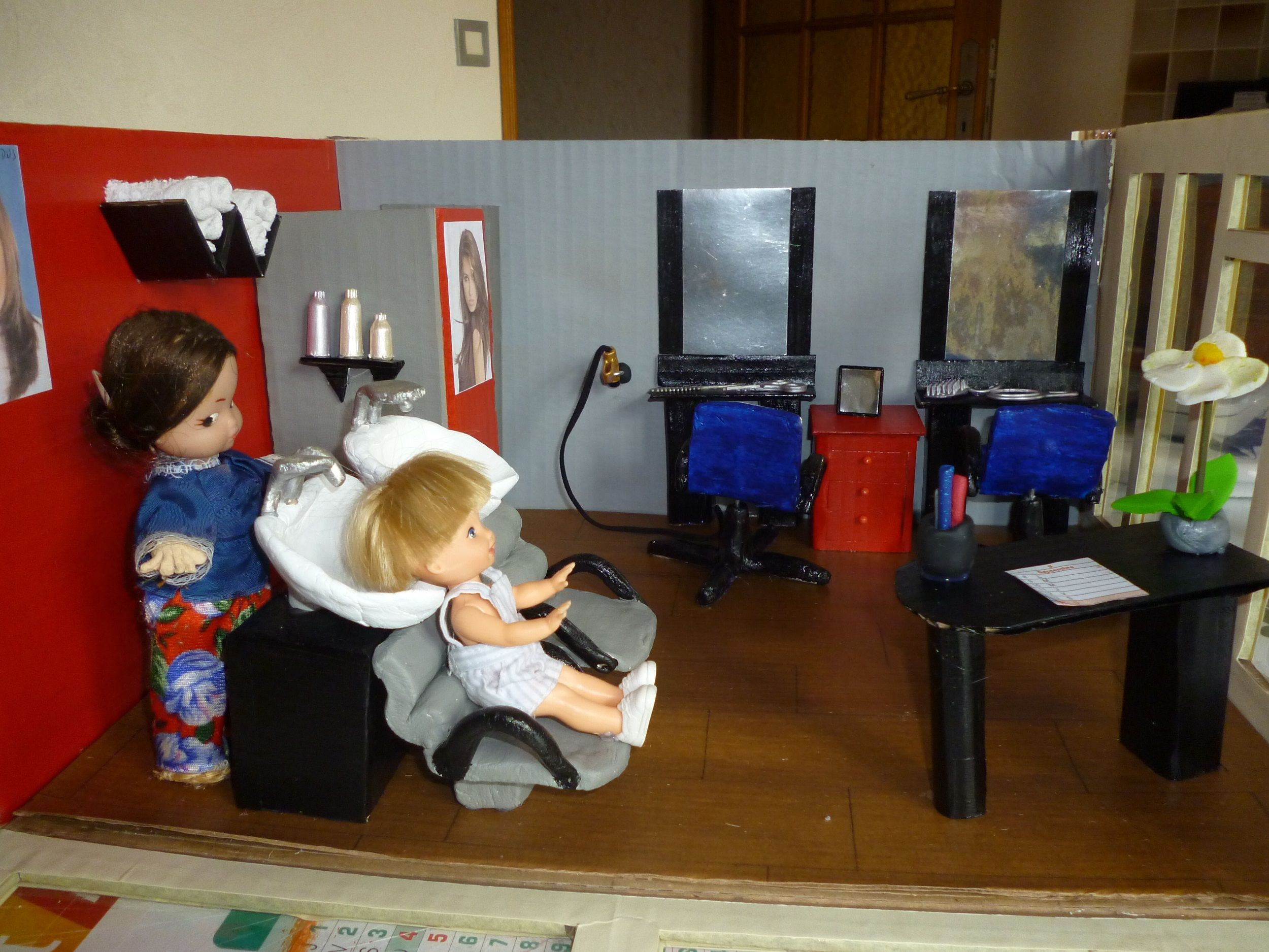 urne pour anniversaire ou mariage repr sentant un salon de coiffure miniature urnes en carton. Black Bedroom Furniture Sets. Home Design Ideas