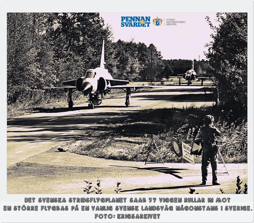 """1958 togs ett försvarsbeslut att utöka antalet flygbaser i Sverige. Planen kallades """"Bas 60"""". Man skulle uppnå 70 flygbaser som skulle ha tillgång till reserv-vägbaser med breddad ca 1500 m raksträcka på svenska riksvägar. Bas 60 avsågs skydda flygvapnet mot kärnvapenanfall. Enskild mindre bas skulle ej kunna slås ut med en kärnladdning samt varje bas skulle användas av så få plan att dessa blev litet mål för kärnvapen, men till slut blev även mindre vägbaser sårbara för anfall."""