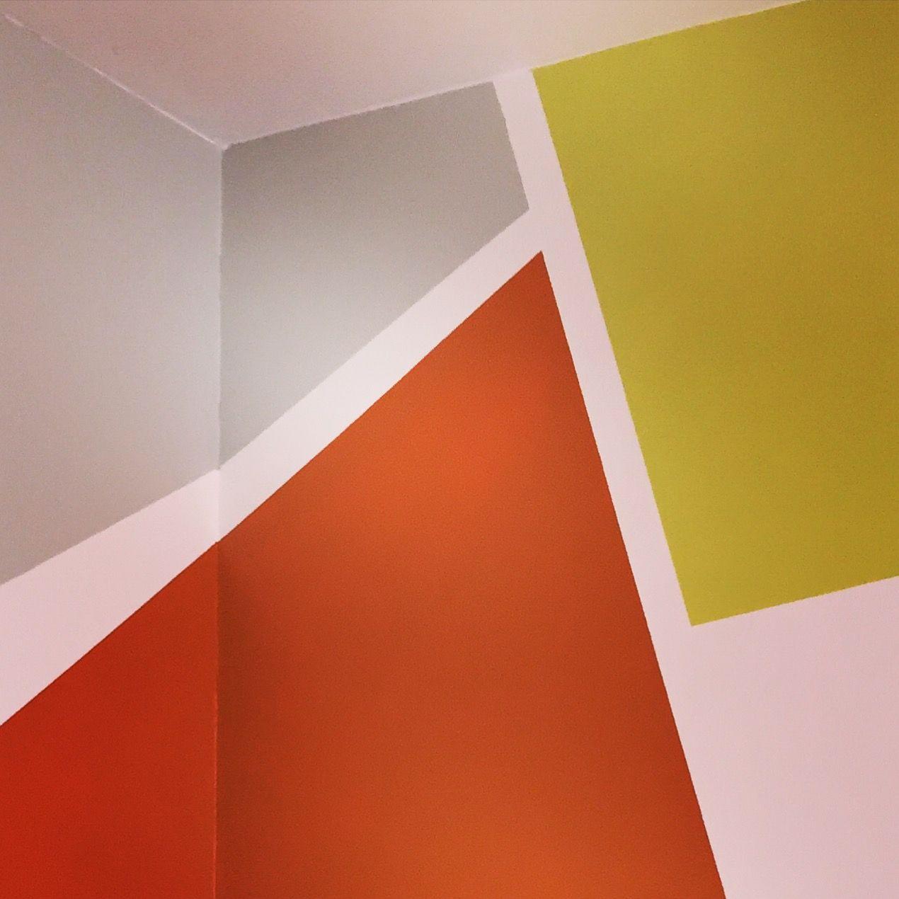 Un tour chez nous le magazine design d coration peinture mur gris vert orange for Chambre orange et vert anis