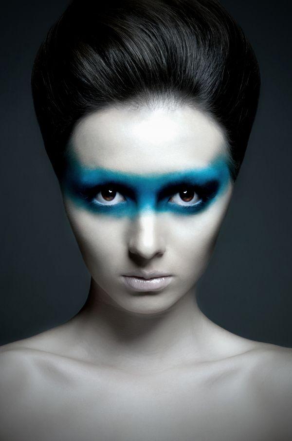 Bandeau maquillage bleu. Parfait pour un regard envoûtant lors d'une soirée.   Pour plus d'astuces beauté, rendez-vous sur notre site :  https://www.beautiful-box.com/