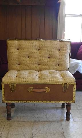i finally did it... I made a chair with an old trunk... so much fun!